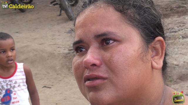 Após ordem judicial moradores do residencial Solar da Princesa são despejados e mulher se desespera ao ter que deixar imóvel